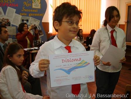 Elevul Ivan Andrei Valeriu cu Diploma de participare a scolii.