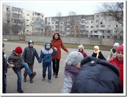 Hora din curtea scolii (3)